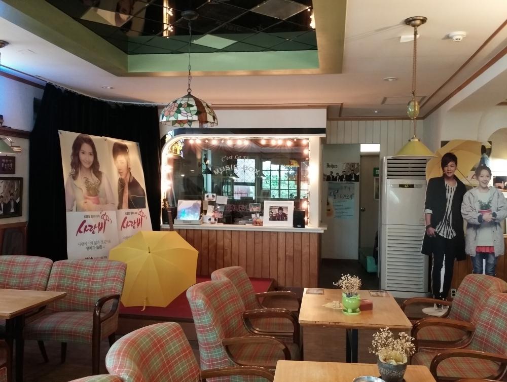 Music cafe C'est La Vie